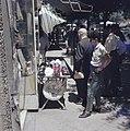 Tel Aviv, Allenby Road voorbijgangers monsteren een uitstalling van keppeltjes , Bestanddeelnr 255-9348.jpg