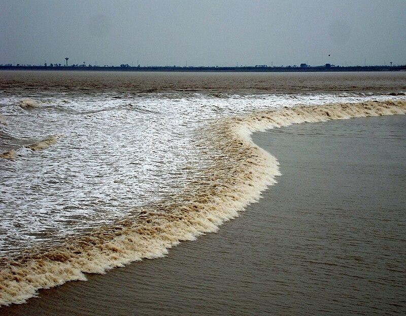 Tidal bore at the Qiantang river, Hangzhou.jpg