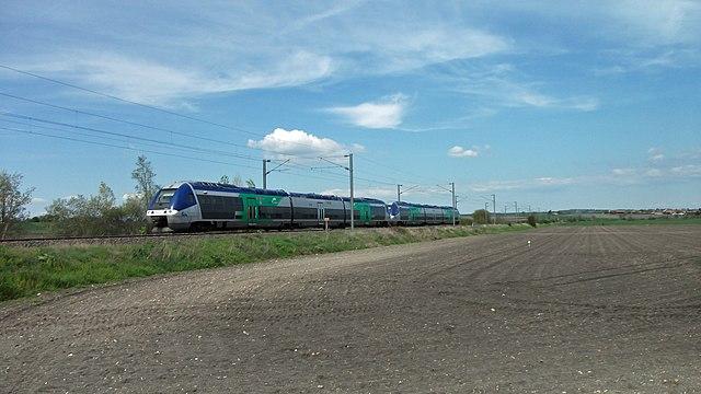 Train 874010 près du PN 14 ligne Vichy Riom 2016-05-06