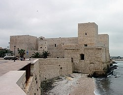 Trani 13th-century fort (Castello Svevo).jpg