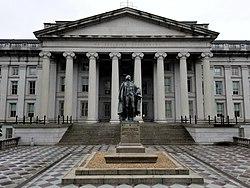 US Treasury Building e Albert Gallatin Statue.jpg