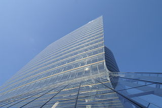 UNIQA-Tower-Fassade-01.JPG