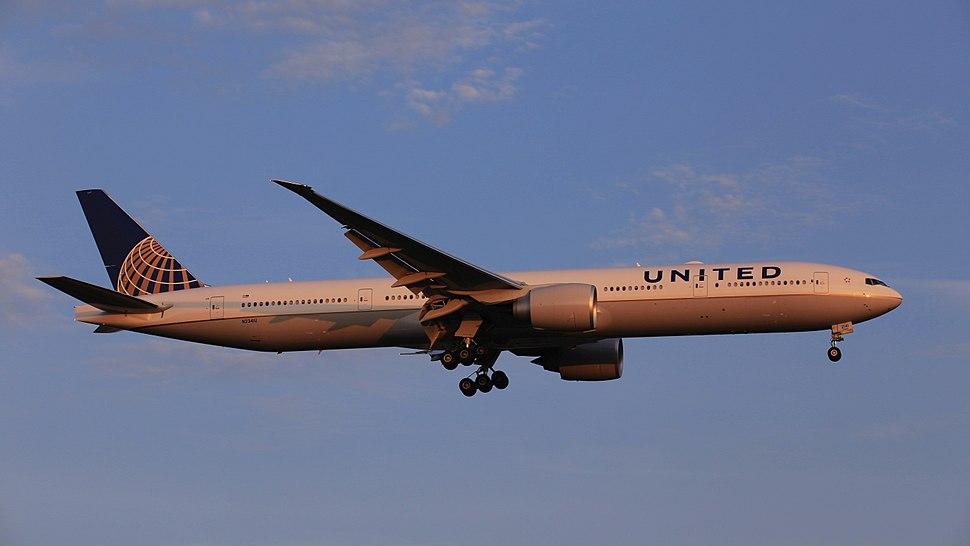 United Airlines Boeing 777-300ER, N2341U - TPE (36707838566)