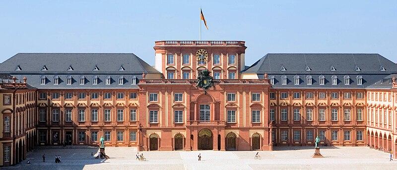 File:Universitaet Mannheim Schloss Ehrenhof.jpg