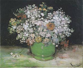 Zinnias et géraniums dans un vase
