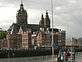 View on the Sint Nicolaaskerk in Amsterdam-Centrum, in front of Central Station; photo in 2006.jpg