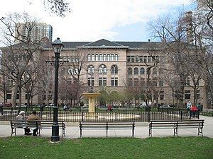 Washington Square Park (Chicago) - Washington Square Park (Background: Newberry Library)
