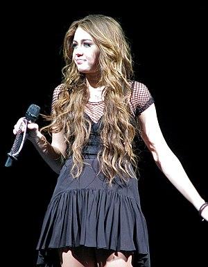Miley Cyrus  on Miley Cyrus Canta   When I Look At You   Durante Una Tappa Del Suo
