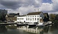Zicht op de fabriek met omgeving, Het Bassin, de haven en het witte gebouw De Eiffel op de voorgrond - Maastricht - 20386031 - RCE.jpg