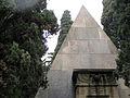 059 Panteó piramidal de Pilar Soler, detall.jpg