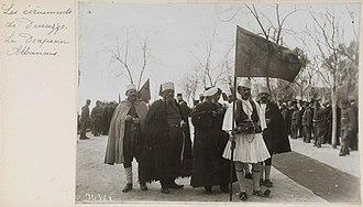 Islam in Albania - Sunni and Bektashi Shia clergymen alongside Albanian patriots in the fustanella folk costume holding an Albanian flag in 1914