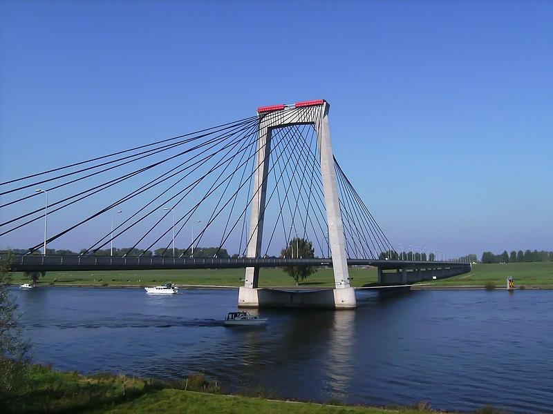 Вантовий міст через річку Бергсе-Маас поблизу Хосздена. Автор фото: Міхіль Вербек, вільна ліцензія cc by-sa 3.0