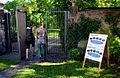 200k05d Ausstellung WasserKunst Zwischen Deich und Teich, Besucherinnen passieren den Eingang zur historischen Parkanlage auf dem Edelhof Ricklingen.jpg
