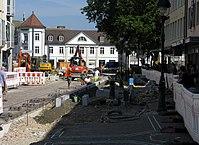2017-08-29, Kanal- und Gleiserneuerung auf der Freiburger Kaiser-Joseph-Straße, Neubau eines Bahnsteigs.jpg