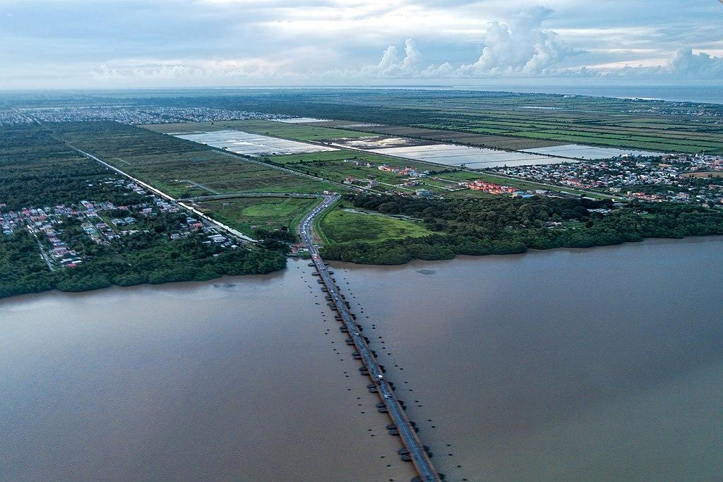 https://upload.wikimedia.org/wikipedia/commons/thumb/e/ec/20191122_Guyana_0171_Georgetown_sRGB_[49295935467%29.jpg/1024px-20191122_Guyana_0171_Georgetown_sRGB_(49295935467%29.jpg