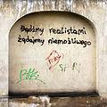 6410 Napis na cmentarnym murze. Foto Barbara Maliszewska.JPG