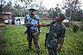 9 avril 2015. Binza, Nord Kivu, RD Congo. Un casque bleu d'INBATT 2 et un soldat des FARDC se saluent et s'encouragent mutuellement. (16534163503).jpg