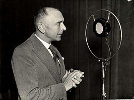 Adolf Bouwmeester houdt een radiovoordracht voor de PHOHI