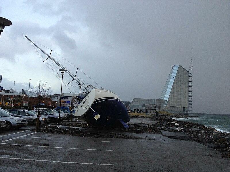 Etter stormen Dagmar, ved Seilet hotell i Molde, Norge, User:Nsaa, CC BY-SA 3.0