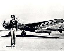 Amelia Earhart di fronte al suo aereo Lockheed L-10 Electra