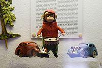 Antique sad monkey drummer wind-up toy (25664032865).jpg