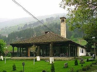 Bektashi Order - Image: Arabati Baba Tekke, svatyne radu Bektasi na okraji Tetova