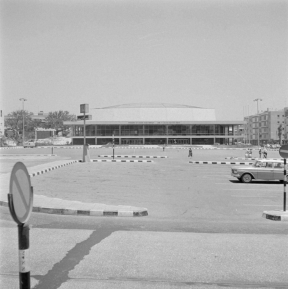 Auditorium met een grote parkeerplaats, vermoedelijk voor het Mann auditorium, Bestanddeelnr 255-1730