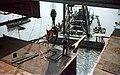 Az Erzsébet híd építése, Ady Endre úszódaru az utolsó pályaegység beemelésekor a budai hídfőnél. Fortepan 50560.jpg