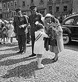 Bezoek Koninklijk Paar aan Luxemburg. Dudelange. Meisje biedt bloemen aan, Bestanddeelnr 904-6388.jpg