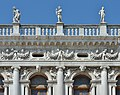 Biblioteca marciana Venezia arco della facciata allegorie e angeli.jpg