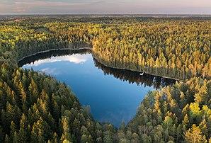 Le lac de Bisajärvi, à l'est de Vantaa, à quelques kilomètres d'Helsinki. (définition réelle 3600×2438)