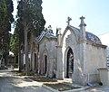 Blanes, Cementiri Municipal, Tomba 11 und dahinter.jpg