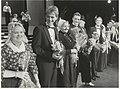 Bloemen van het VVV bij de musical Madame Arthur met op de foto o.a. Jos Brink en Frank Sanders. NL-HlmNHA 54005749.JPG