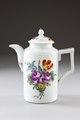 Blommig kaffekanna av porslin gjord i början av 1800-talet - Hallwylska museet - 93833.tif