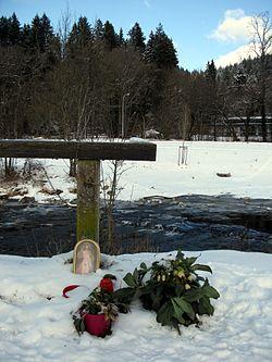 Blumen an der Dreisam in Freiburg-Waldsee, wo die getötete Maria L. gefunden wurde.jpg