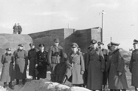 Field Marshal Erwin Rommel visiting the Atlantic Wall defences near the Belgian port of Ostend, part of the fortifications which today comprise the Atlantic Wall Open Air Museum at Raversijde Bundesarchiv Bild 101I-295-1596-12, Raversijde, Rommel bei Besichtigung.jpg