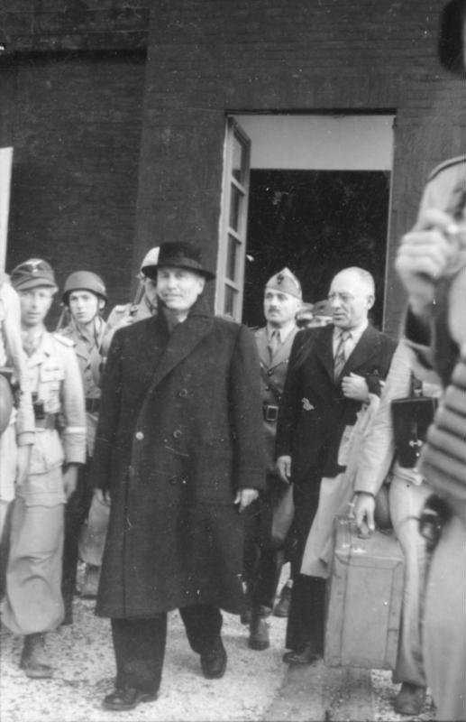 Bundesarchiv Bild 101I-567-1503C-13, Gran Sasso, Mussolini verlässt Hotel