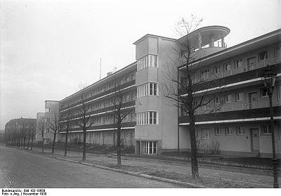 Bundesarchiv Bild 102-10689, Berlin-Steglitz, Laubenganghaus.jpg