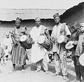 COLLECTIE TROPENMUSEUM Groep Yoruba muzikanten met trom TMnr 20016868.jpg