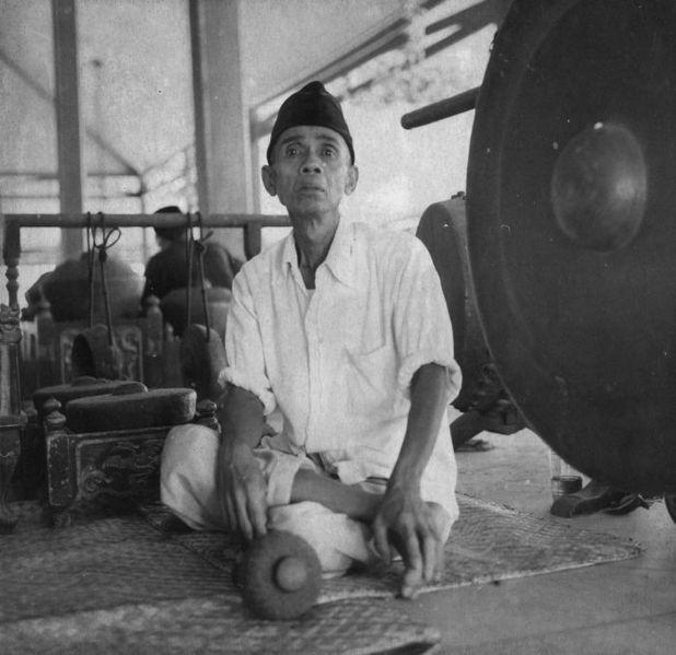 File:COLLECTIE TROPENMUSEUM Man die de gong bepeelt in een gamelanorkest TMnr 20000372.jpg