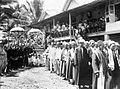 COLLECTIE TROPENMUSEUM Tijdens het huwelijk van een Pasirah (margahoofd) zit het bruidspaar in een staatsiekoets en staan dorpshoofden (links) en religieuse leiders (rechts) TMnr 10002984.jpg