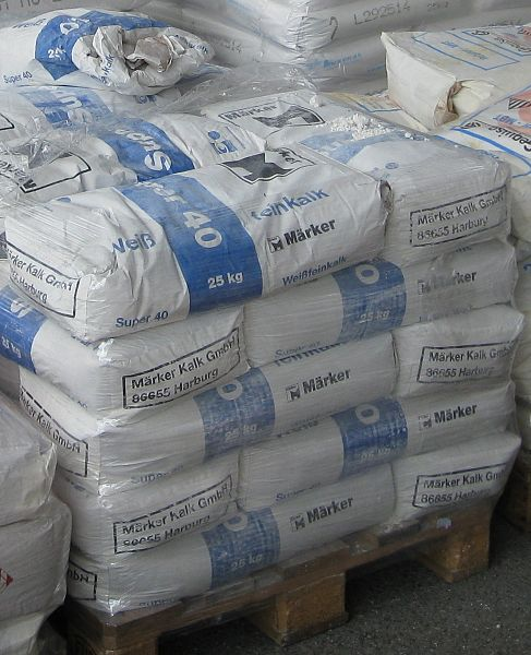 Fichier:Calcium oxide powder-Super 40 packaged in 25 kg bags.jpg