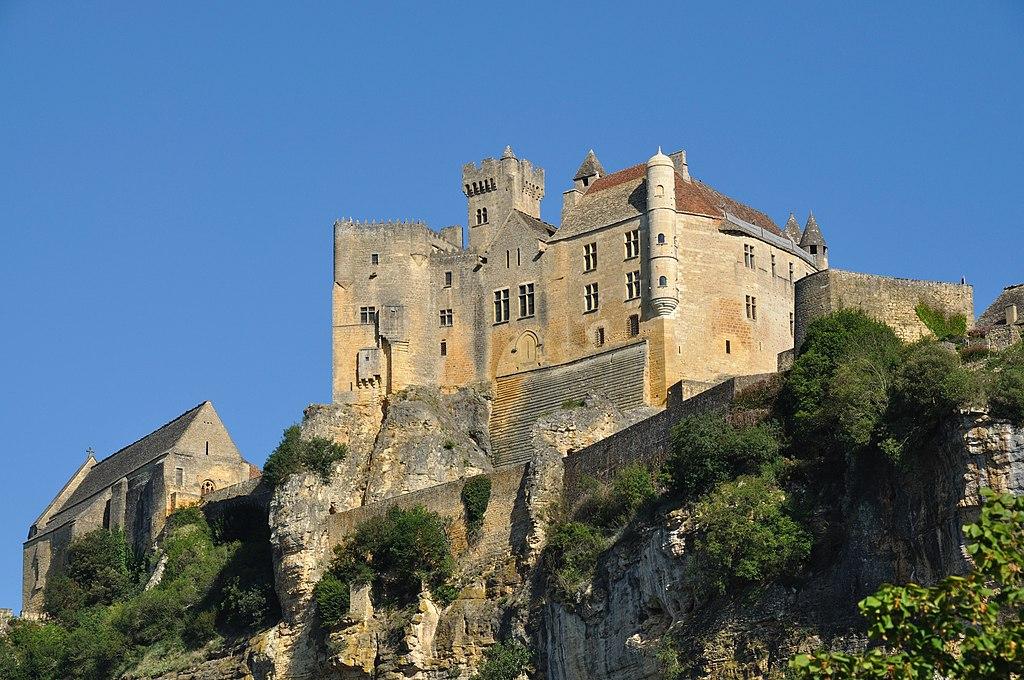 """Photo du Château de Beynac. Par """"Gentil Hibou"""", CC BY-SA 3.0."""