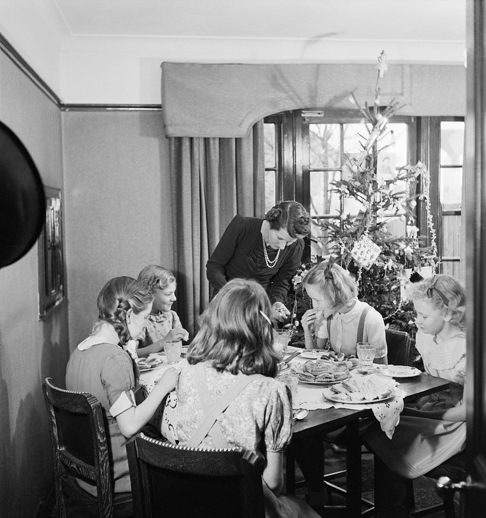 File christmas 1944 in the devereux house in pinner the for The devereux