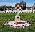 Cimetière militaire britannique de Ranville - Croix de la 6ème Airborne.jpg