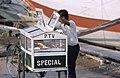 Collectie NMvWereldculturen, TM-20020657, Dia, 'Een verkoper van etenswaren met zijn rijdende kraam in de haven Sunda Kelapa', fotograaf Henk van Rinsum, 1980.jpg