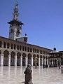 Damaskus, Omayadenmoschee, Ansichten vom Moscheehof mit weissem Marmor und Arkaden und dem Glockenhaus (26931067479).jpg