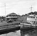 De veerboot Paramaribo in Moengo met op de achtergrond het kantoor van de distri, Bestanddeelnr 252-6592.jpg