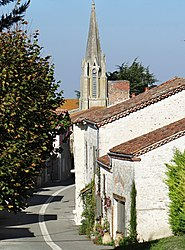 The church and surrounding buildings in Dolmayrac