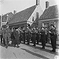 Domburg Westweg Koningin Wilhemina inspecteert een erewacht, Bestanddeelnr 900-4063.jpg